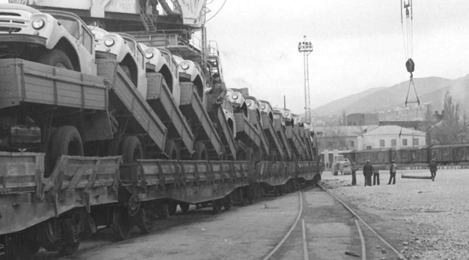 Прибытие состава с автомобилями ЗИЛ-130