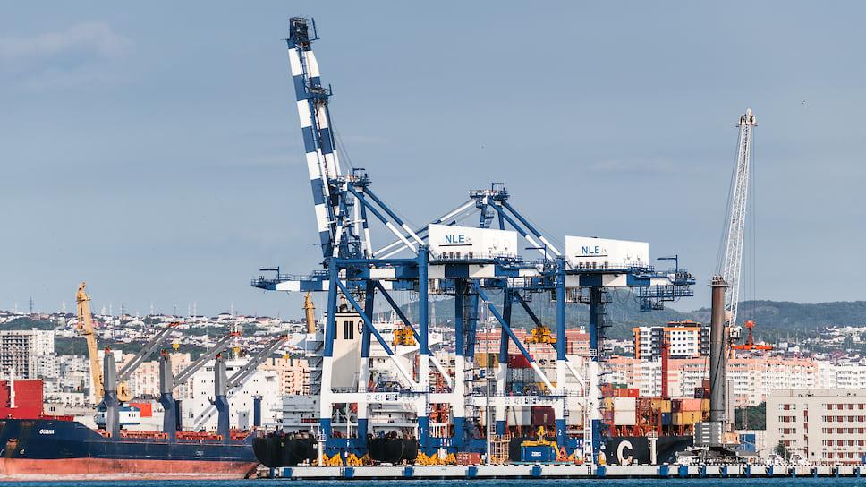 Порт на фоне города