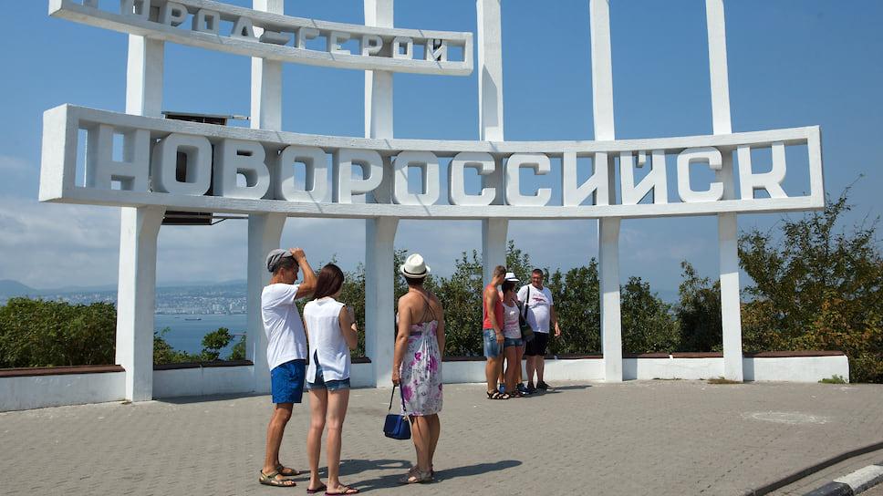 Вид на Новороссийск и Новороссийский морской торговый порт со смотровой площадки «Семь Ветров»