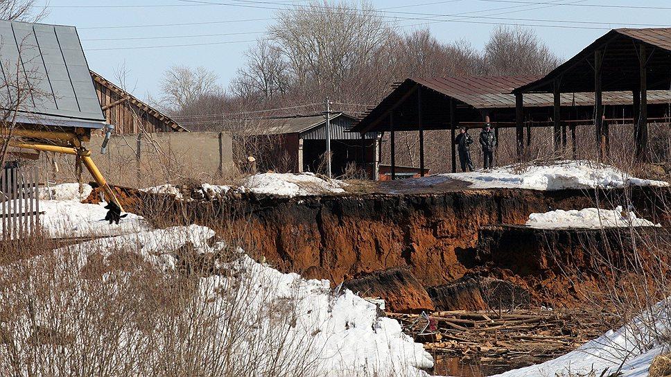 Земля уплывает из-под ног / В Нижегородской области случился крупнейший за 30 лет карстовый провал