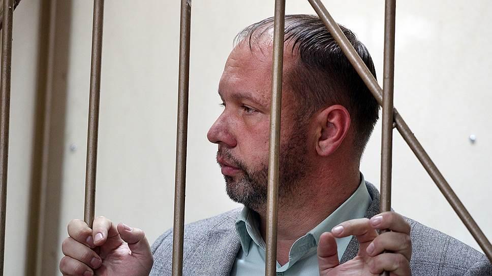 Суд решил, что Дмитрию Шурову лучше сидеть под домашним арестом, а не за решеткой