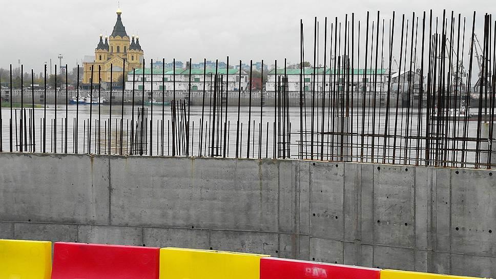 Арбитраж заглянул за синий забор / Вынесено первое решение о сносе недостроенного ТРЦ на Нижневолжской набережной