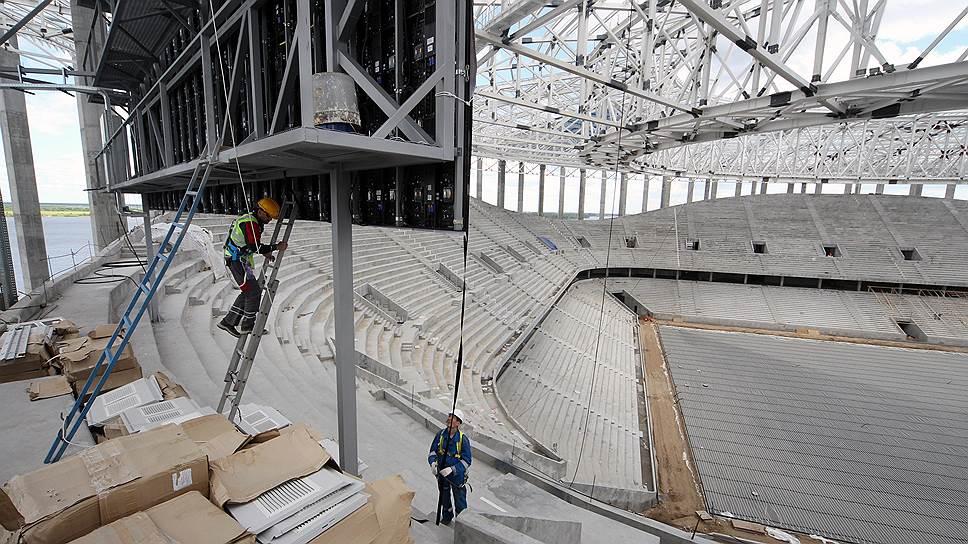 Часть строителей, работавших на стройке стадиона, получила обещания вместо зарплат
