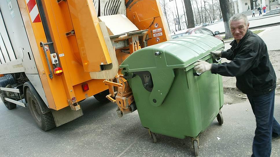 В правительстве говорят, что тарифы на вывоз мусора рассчитали наиболее выгодным для населения образом