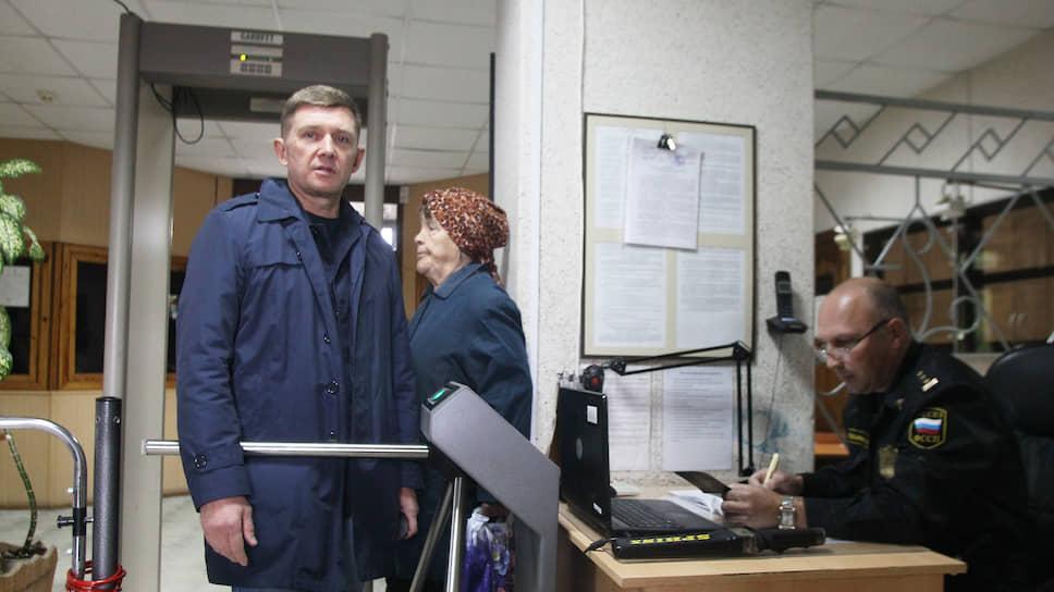 Александр Макаров полностью признал свою вину, видимо, надеясь на условный срок или штраф