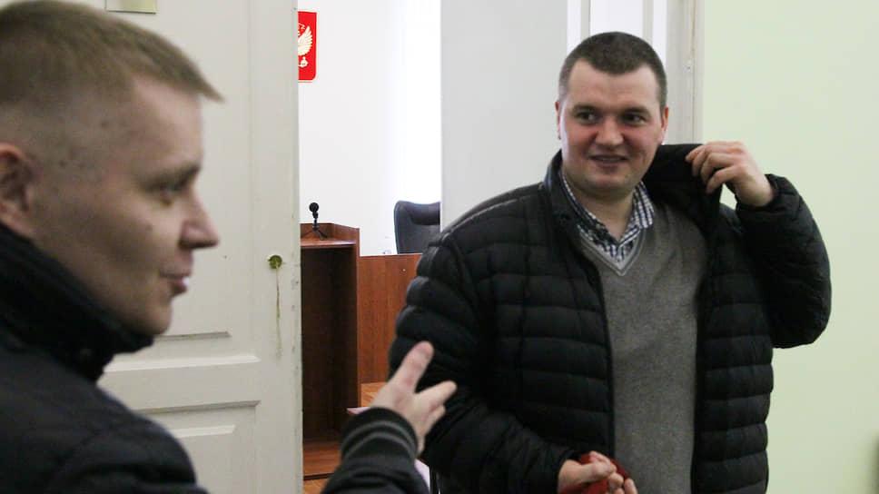 Оправданный Сергей Кудашов (слева) и адвокат Артем Никитин довольны решением суда