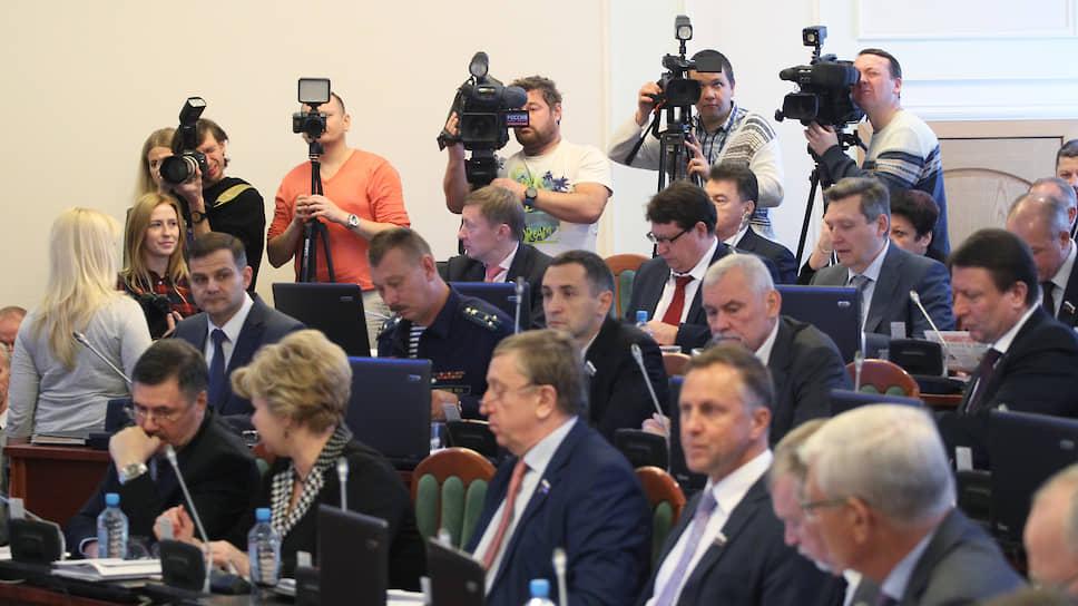 При пятерых воздержавшихся / Нижегородские депутаты решили не спорить из-за поправок кКонституции