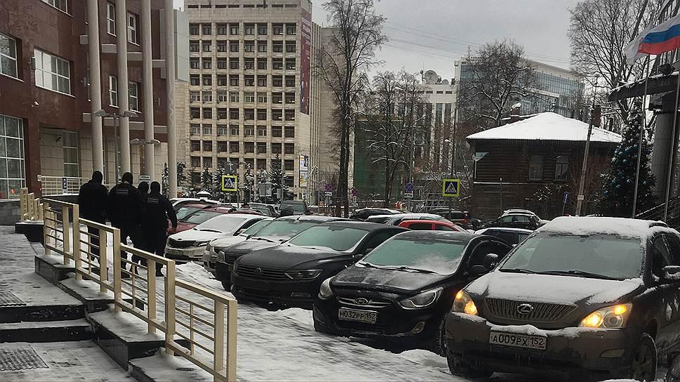 Бойцы спецподразделений выходят из здания бизнес-центра
