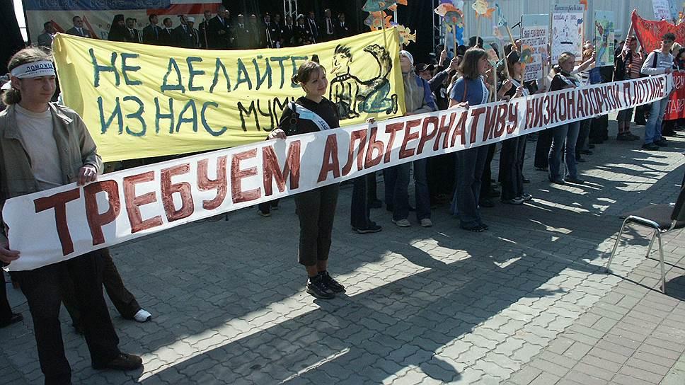 Но раньше нижегородцы выступали против возведения плотины. Так в 2004 году они устроили акцию протеста на форуме «Великие реки» на нижегородской ярмарке