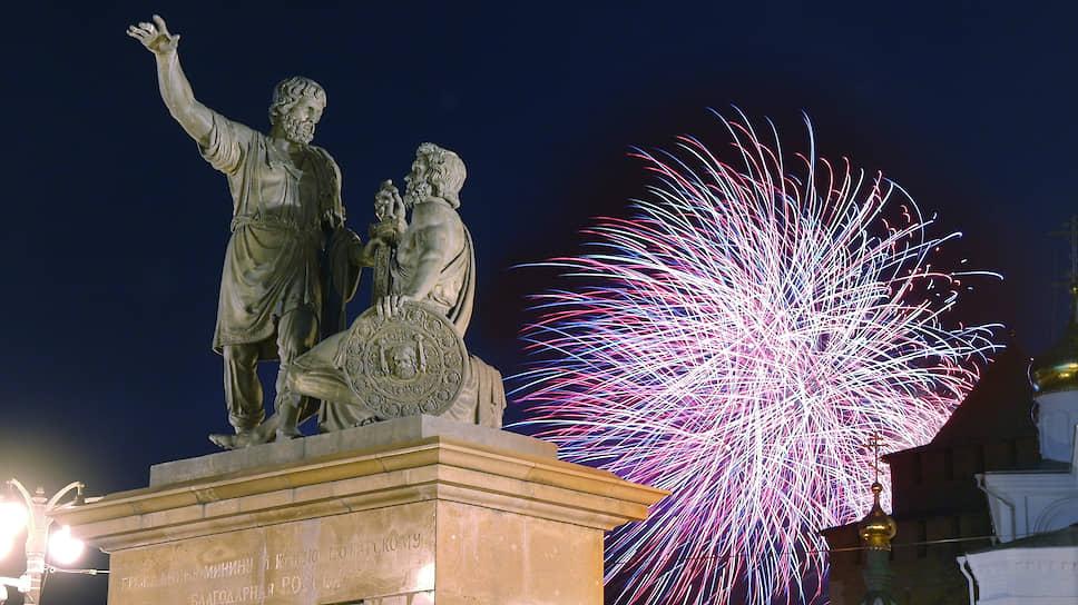 Праздничный салют освещает памятник Минину и Пожарскому уже полтора десятилетия