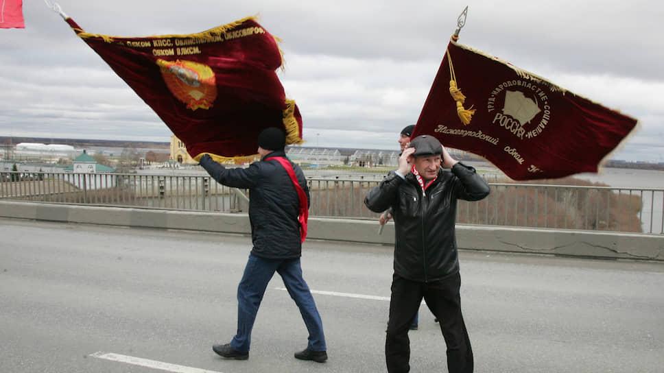 С таким трудом завоеванное шествие по Канавинскому мосту стало настоящим испытанием. Несущим знамена пришлось делать нелегкий выбор между собственными шапками и флагами, которые ветер вырывал из рук