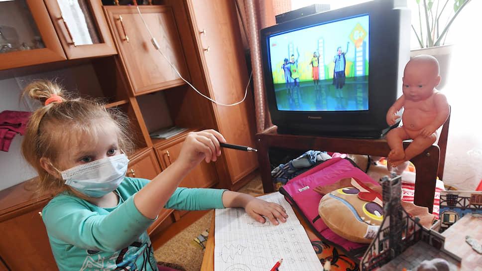 Онлайн-мучение / Семьи нижегородских школьников с волнением следят за дистанционным обучением