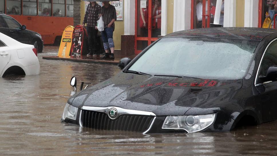 Плавающие автомобили уже давно стали традицией в районе Черного пруда