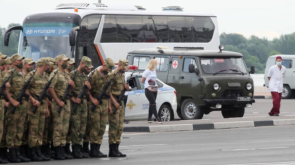 Участники марша находились под постоянным наблюдением медиков, зорко высматривавших признаки коронавируса