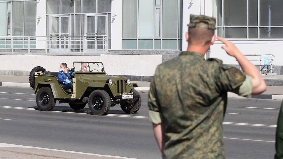 Праздничную колонну возглавил фронтовой трудяга ГАЗ-67, выпускавшийся на нашем автозаводе, и восстановленный энтузиастами