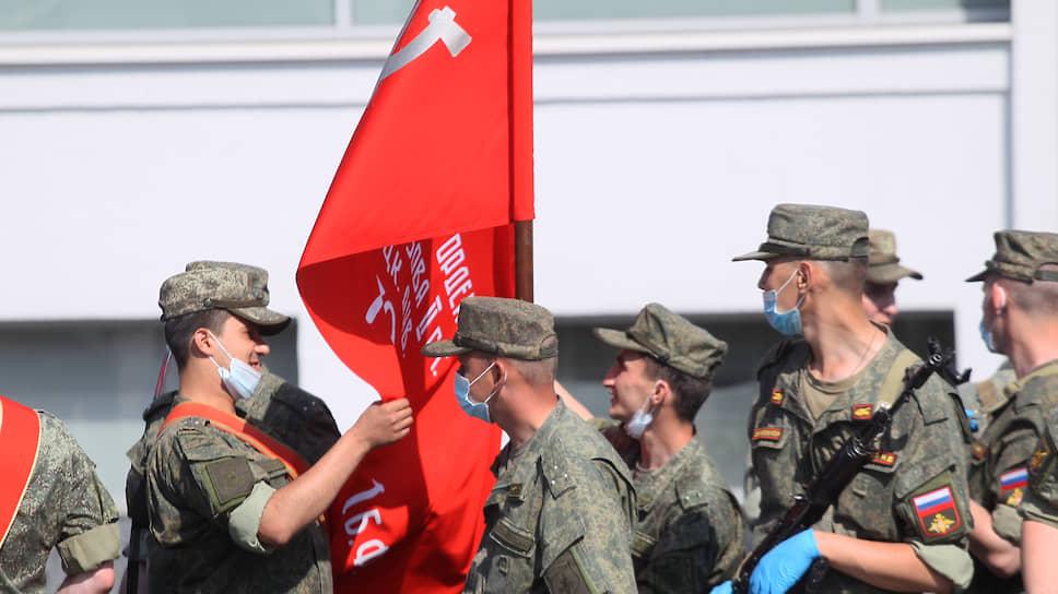 Потрогать боевое знамя интересно каждому военному