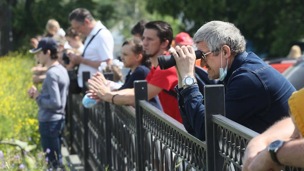 С набережной Федоровского марш не разглядеть даже в бинокль, но попытаться можно