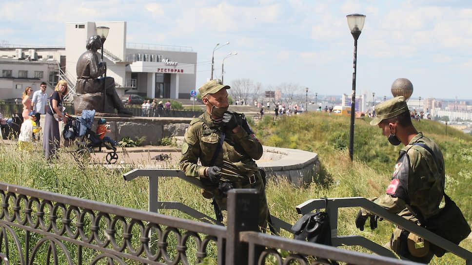 Кому-то из военнослужащих повезло вместо марша дежурить на склонах вокруг набережных, поддерживая карантинные меры