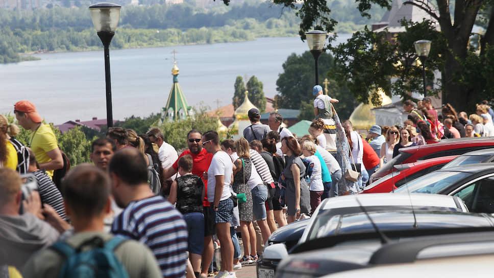 То ли погода оказалась слишком хороша, то ли телевизоры у нижегородцев плохи, но увидеть парад своими глазами попытались многие