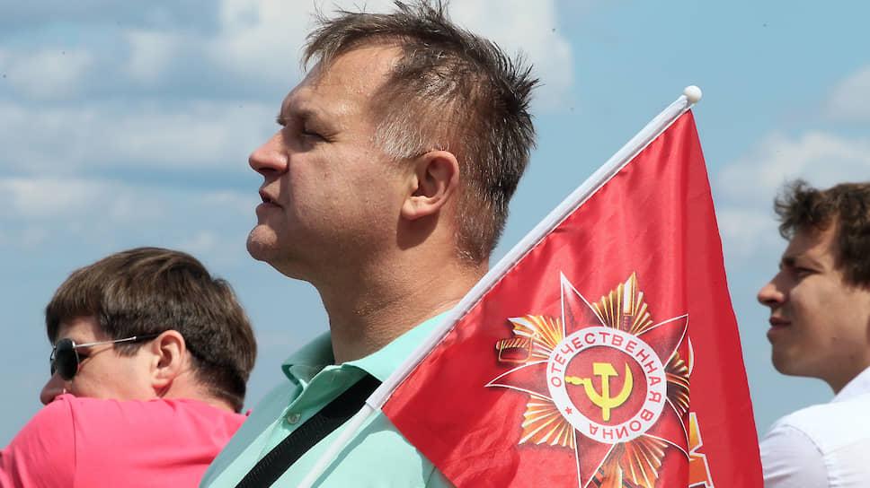 Несмотря на то, что марш проходит 24 июня из-за пандемии коронавируса, атрибутика праздника остается неизменной -- флаги с 9 мая