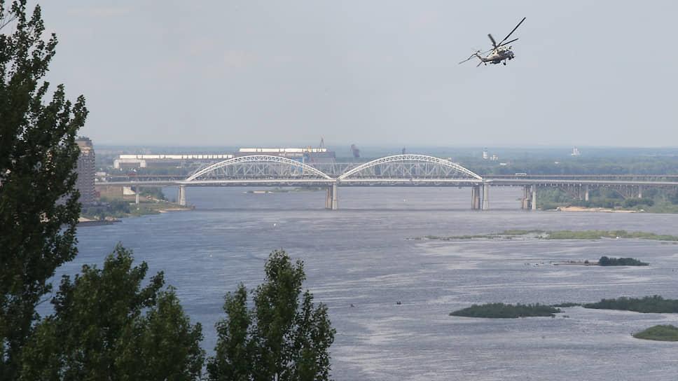 Первым воздушной акробатикой зрителей порадовал вертолет