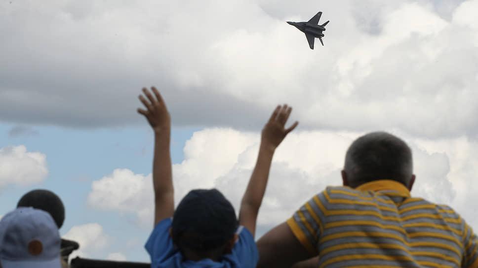 Самым эффектным стал полет реактивного истребителя, показавшего отличный пилотаж над Волгой