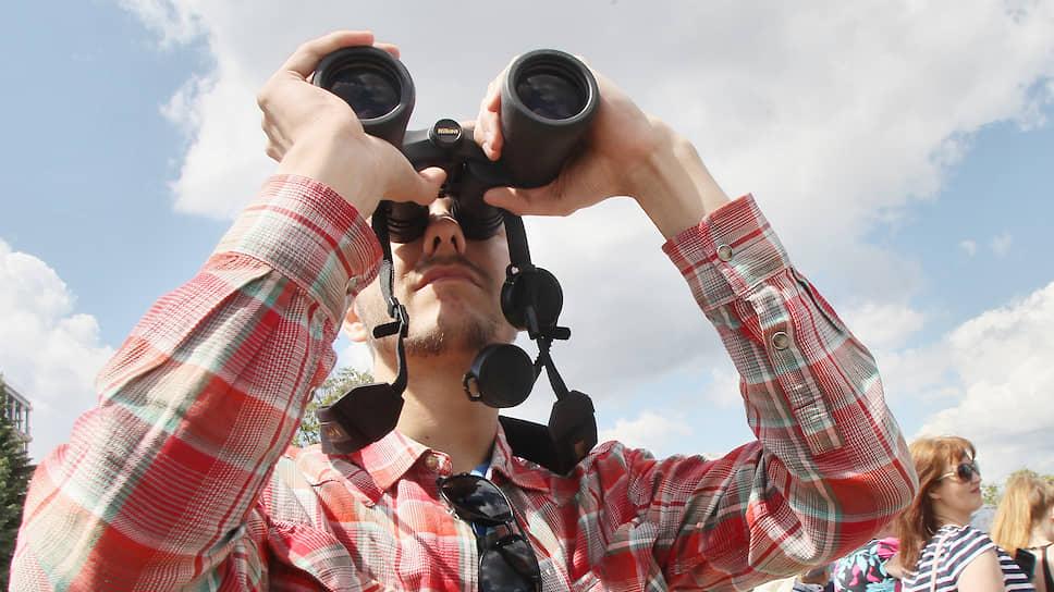Тем временем на Верхневолжской набережной нижегородцы уже высматривали в небе признаки начинающегося авиашоу