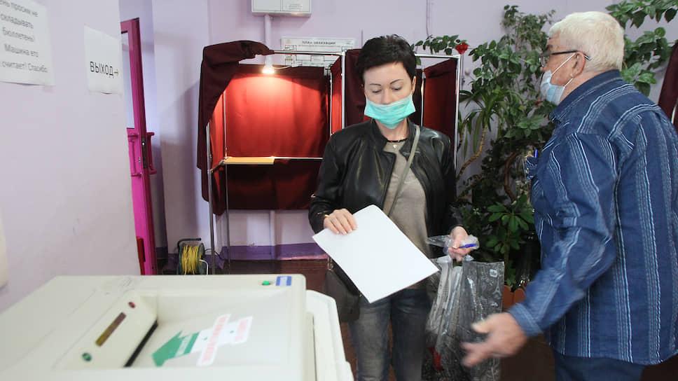 Из-за пандемии нового коронавируса бюллетени заполняют в незашторенных кабинках, поскольку ограниченное пространство способствует заражению