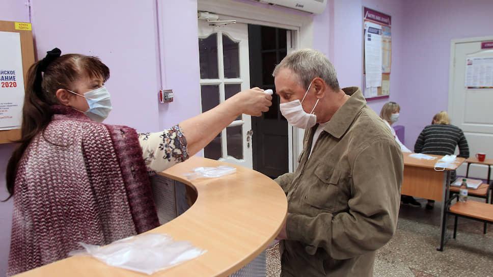 Пандемия коронавируса заставила организаторов прибегнуть к беспрецедентным мерам предосторожности. У всех входящих избирателей обязательно измеряется температура тела