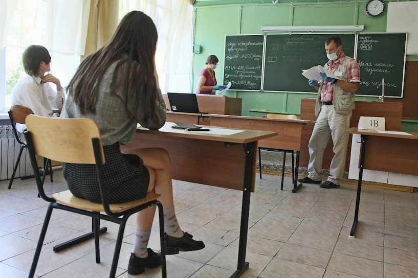 Заполнить экзаменационные документы теперь не так-то просто, и перед экзаменом все делают это под руководством преподавателей