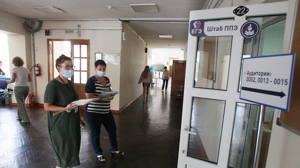 Пока ученики радуются сданному экзамену, преподаватели занимают очередь в штаб на прием готовых работ