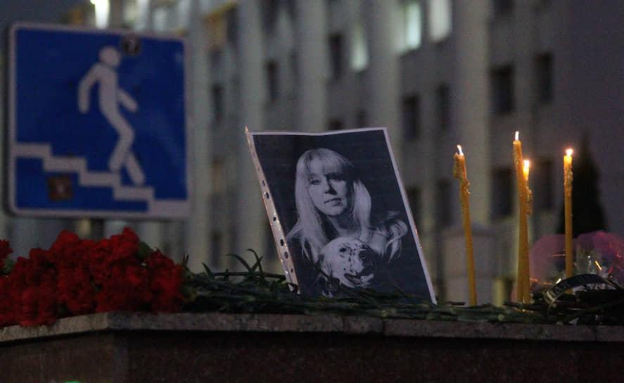 После снятия оцепления нижегородцы понесли к месту гибели Ирины Славиной цветы