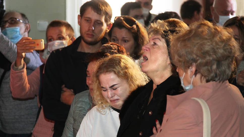 Горе поразило семью журналистки. На снимке дочь и мать погибшей, обе Маргариты. На заднем плане сын Вячеслав
