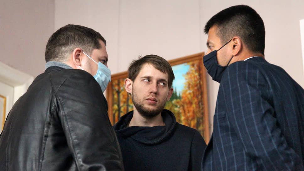 Сын Ирины Славиной Вячеслав беседует с адвокатом Евгением Губиным (справа), защищавшим журналистку в судебных процессах