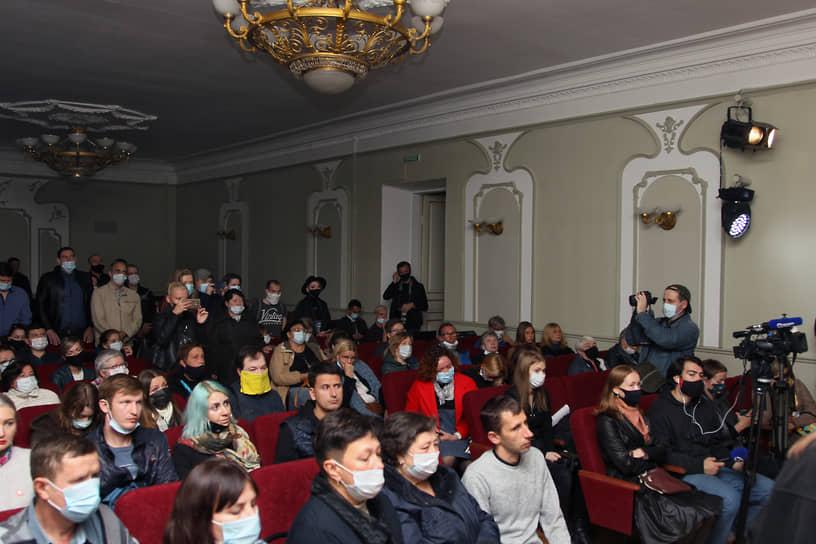 Некоторые жители города оставались в зале, чтобы попрощаться с Ириной Славиной и послушать, что о ней говорят друзья, коллеги и читатели