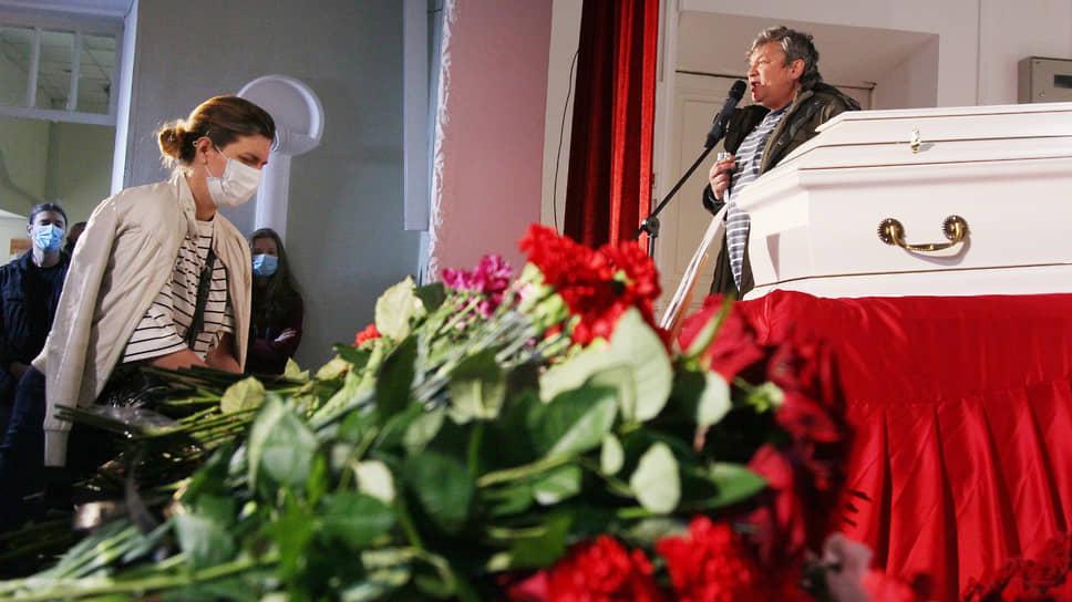К гробу Ирины Славиной принесли море цветов