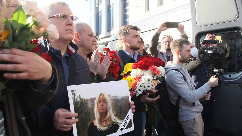 После гражданской панихиды нижегородцы решили пройти траурной процессией к месту трагедии