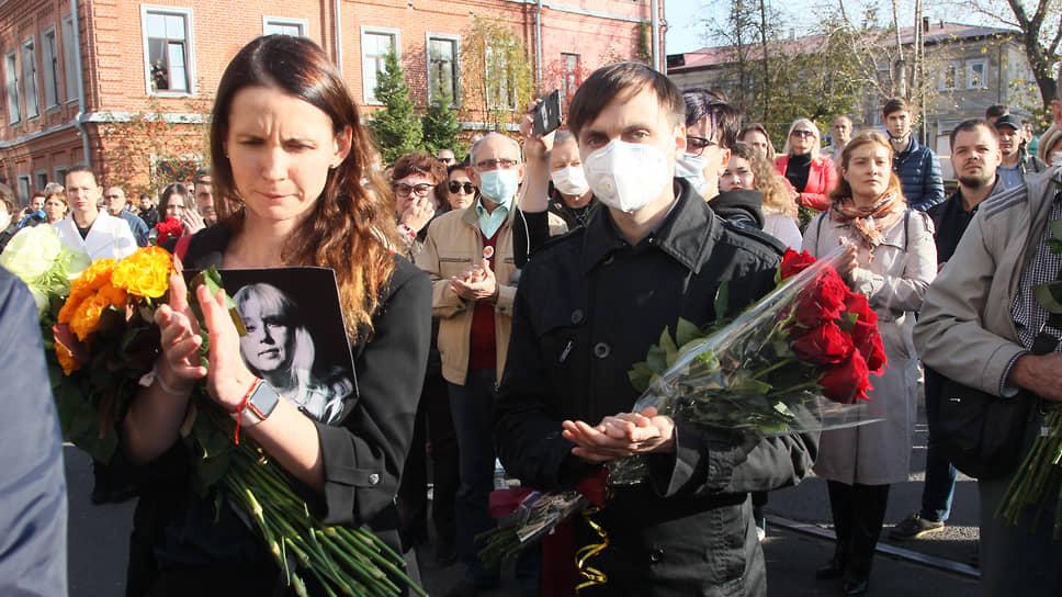 Нижегородцы прощались с Ириной Славиной аплодисментами