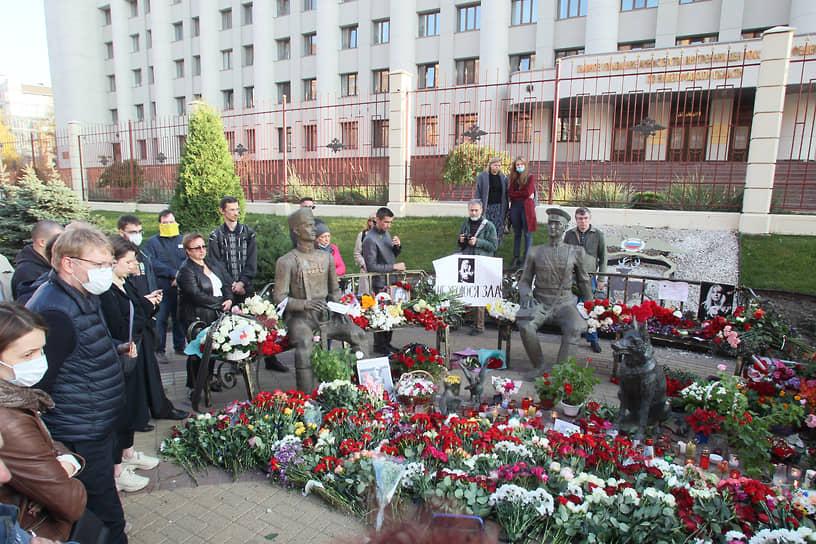 Нижегородцы надеются, что в этот раз полицейские не станут разбирать мемориал в память о гибели Ирины Славиной, как они делали это в выходные