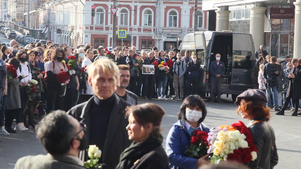 Перед выносом гроба улицу Октябрьскую перекрыла толпа