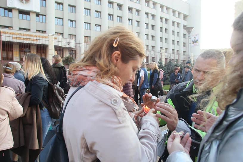 В минуту, когда погибла Ирина Славина, участники процессии зажгли свечи и поставили их у мемориала