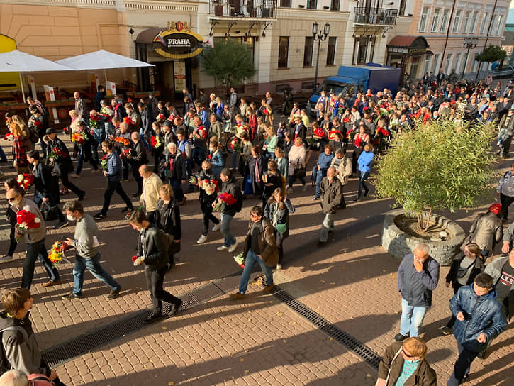 По Большой Покровской траурная процессия шла молча с цветами и фотографиями журналистки