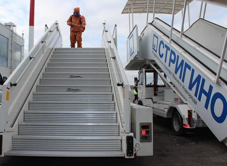 В Стригино моют не только помещения внутри аэропорта, но и трапы
