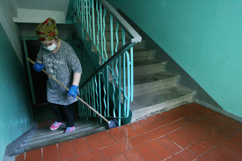 Домоуправляющие компании и ТСЖ тоже должны проводить уборку и дезинфекцию подъездов, но многие манкируют своими обязанностями