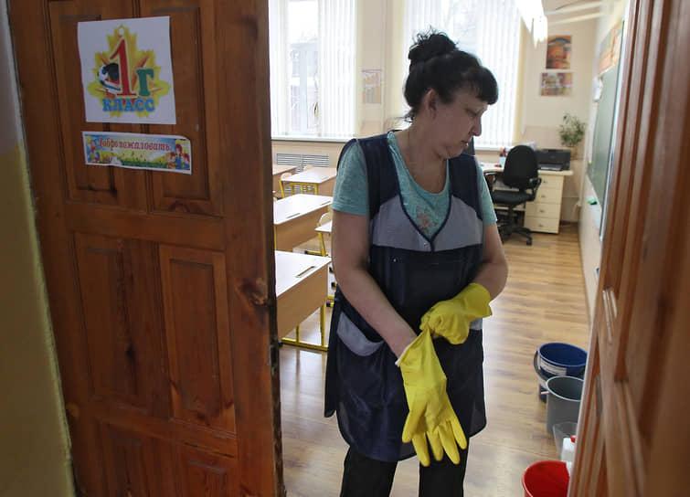 Школьные классы опустели от детей и наполнились запахом дезинфицирующих средств