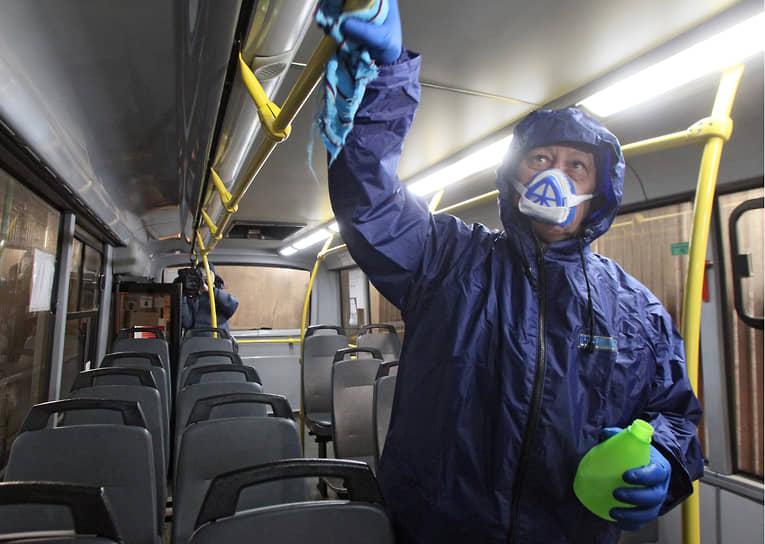 Через поручни автобусов могут передаваться многие заболевания, поэтому их обрабатывают особенно тщательно