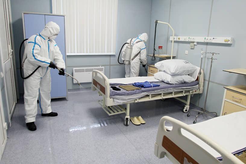 Больничные палаты после выписки одних COVID-больных и приема следующих тоже тщательно дезинфицируют