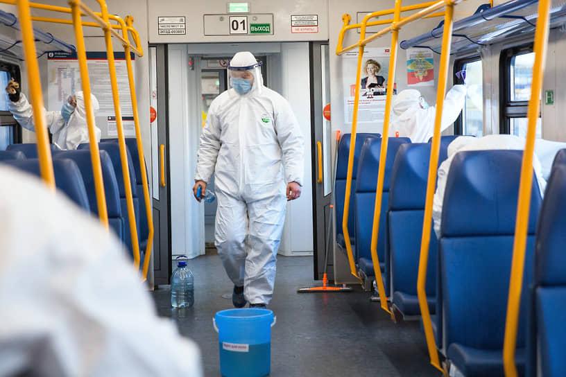 Но важно носить средства защиты и соблюдать дистанцию. Последнее с наступлением холодов в пригородных поездах делать значительно проще, чем летом