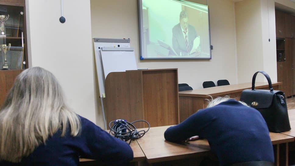 После протокольной съемки журналистов отправили смотреть трансляцию заседания в отдельное помещение. Неподготовленный слушатель с трудом может выдержать длительные часы заседаний