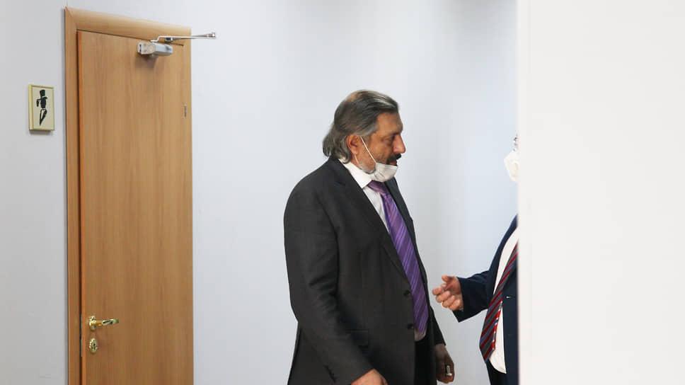 Поучаствовать в выборах главы города пришел даже депутат Владимир Амельченко – нечастый гость думских заседаний
